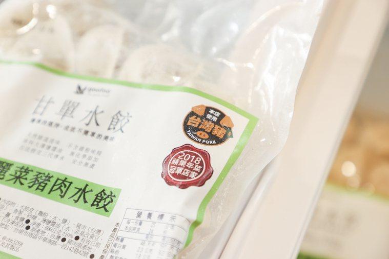 中央畜產會舉辦活動,邀請31家禽畜年貨業者擺攤,同時也進行台灣豬標章宣導,許多消...
