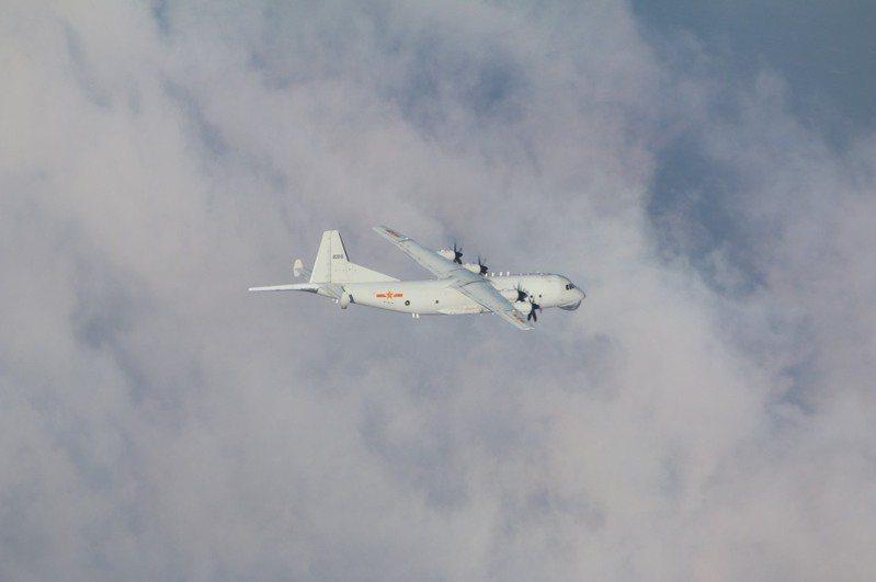 空軍今天發布共機動態,共軍1架運8反潛機侵犯台灣西南防空識別區(ADIZ);空軍派遣空中巡邏兵力應對、廣播驅離、防空飛彈追蹤監控。 圖/國防部