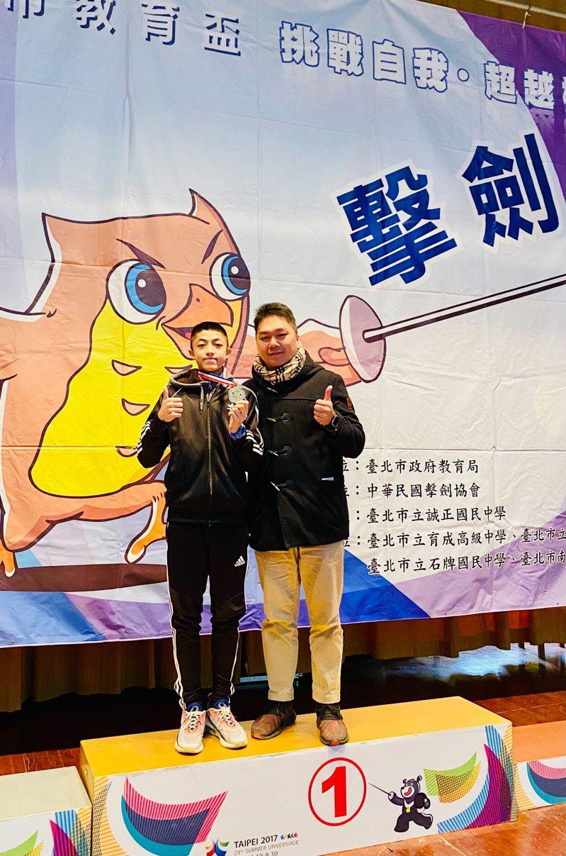 石牌國中男鋭組冠軍選手李讓與中正高中李教練。 讀者提供