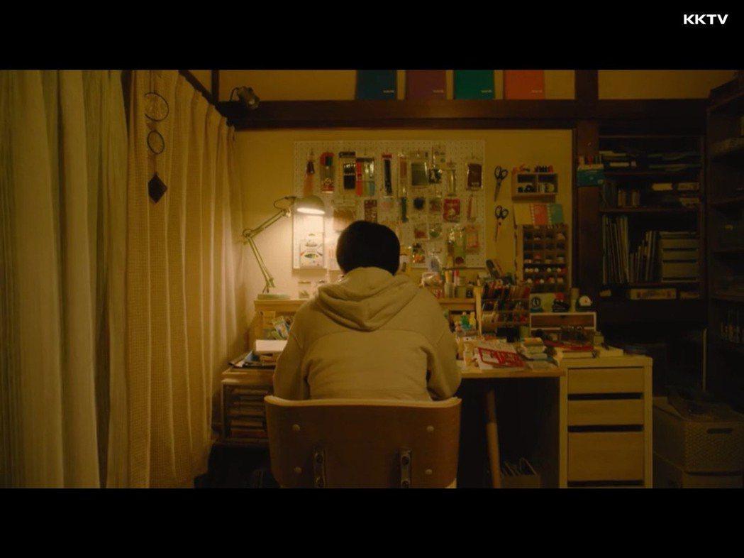 安達房間裡,擺放在書桌與懸掛牆壁上的大量畫筆與用具。 圖/取自KKTV