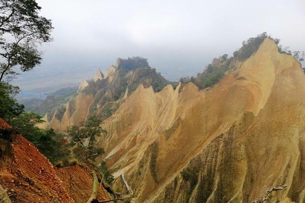 適合遠觀的美景!苗栗三義「火炎山」岩壁光禿挺拔 拍照要遠離懸崖邊