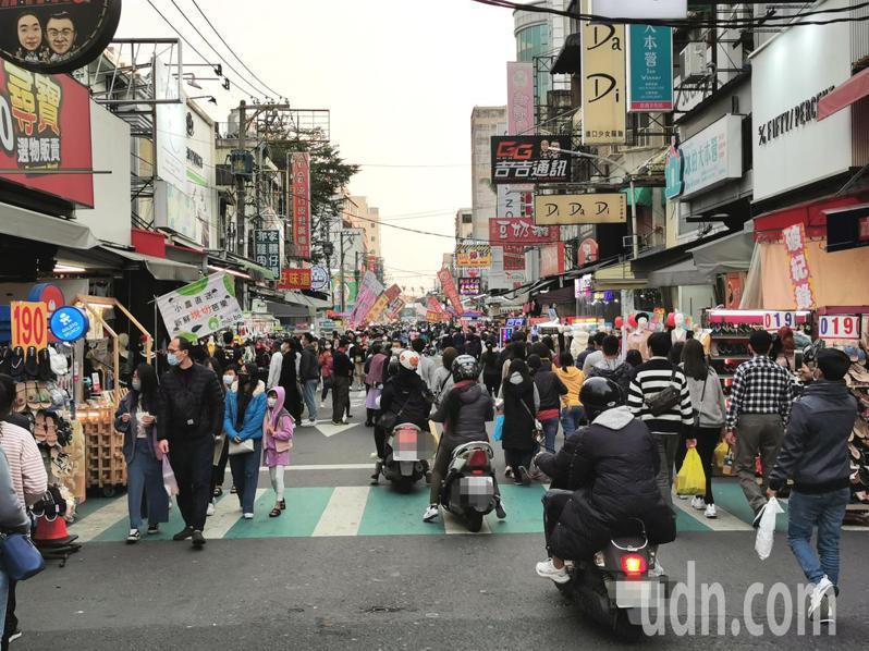嘉義市文化路也湧入滿滿遊客,大家都戴著口罩逛街。記者卜敏正/攝影 卜敏正