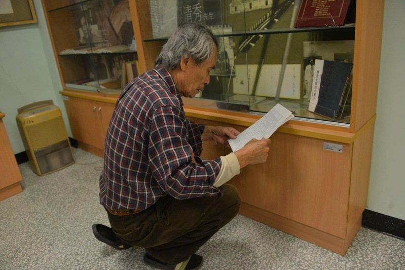 鍾延威指出,張良澤教授在整理個人物品,望著這些紙箱和館藏,他說:「我這一生,為了這個館收藏,是不是做錯了?」。圖/取自鍾延威臉書