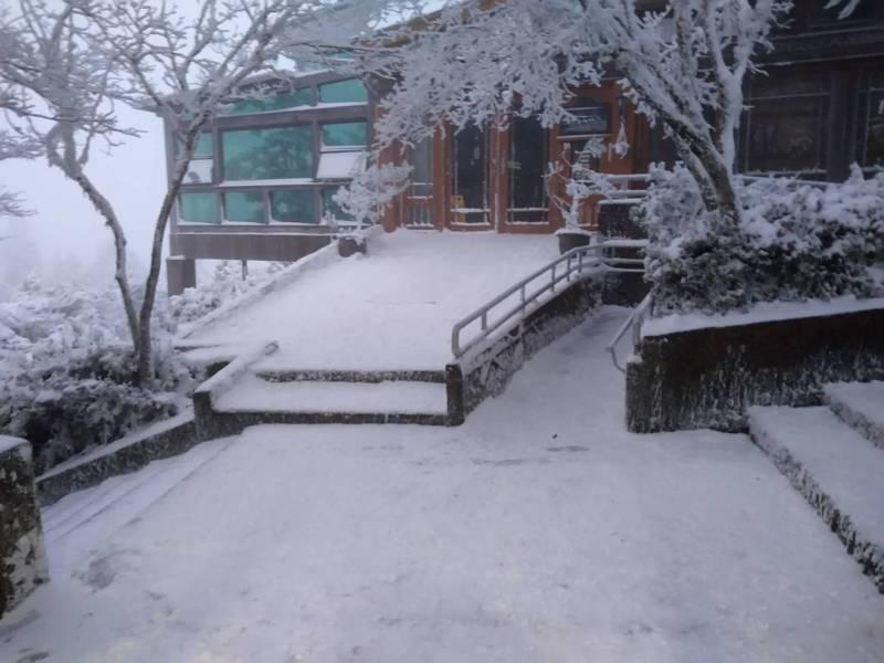 宜蘭太平山國家森林遊樂區,今天被大雪冰封,場景夢幻。圖/羅東林管處提供