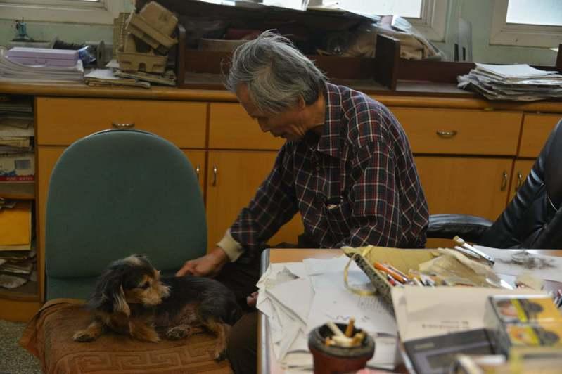 對著愛狗,張良澤說:「為了這件事,我已經好一陣子沒有打理牠們了。」接著一邊替狗梳毛,又說:「接下來有時間了。」默了一陣子後,又說:「只有狗才不會背叛,和人不一樣。」圖/取自鍾延威臉書