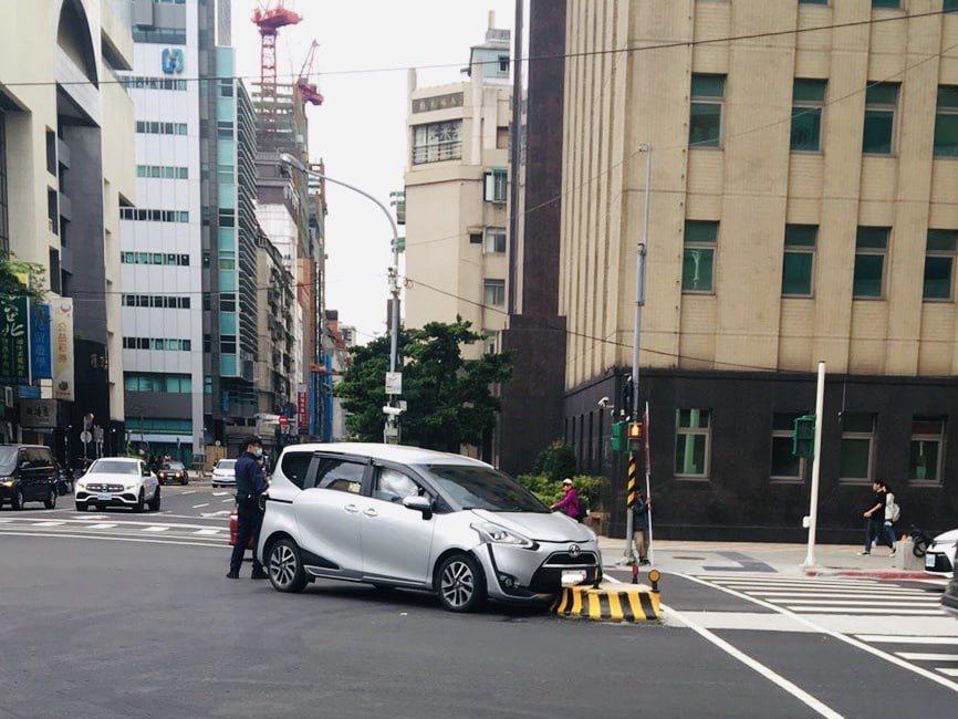 台北市警方指出,忠孝東路增設「行人庇護島」守護行人安全,駕駛人轉彎時務必小心。記...