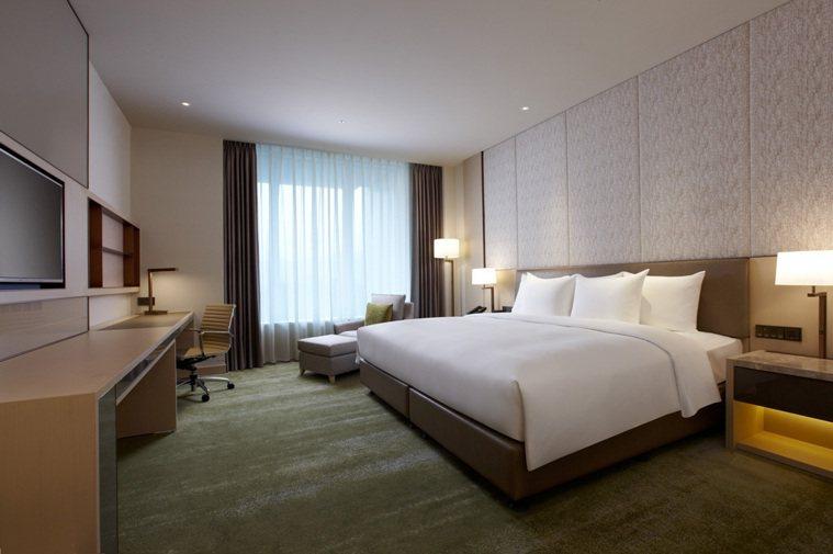 台北六福萬怡酒店針對居檢者的家人,連續入住卓越客房15晚共3萬元,平均每房每晚2...