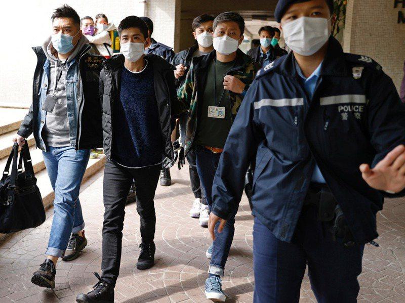 1月6日港警國安處大舉拘捕53名民主派人士,學者指當局有意將民主派連根拔起。圖為香港區議員岑敖暉被警方帶走。路透