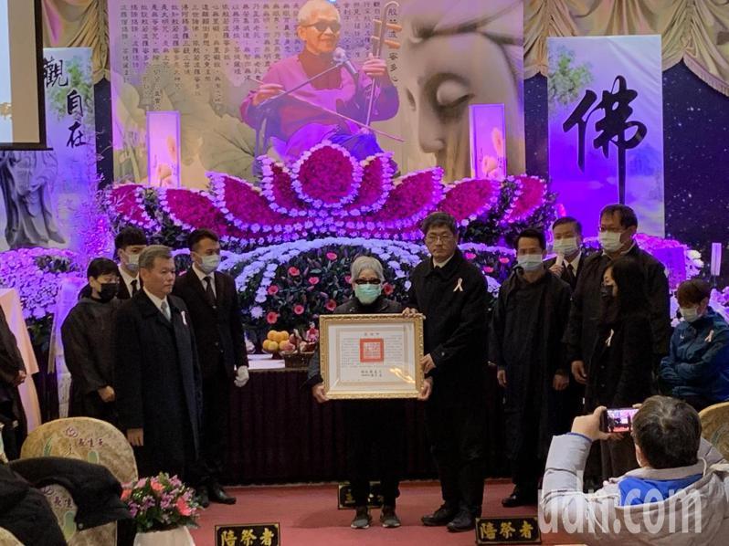 客委會主委楊長鎮代頒總統褒揚令,緬懷國寶級大師徐木珍在客家文化傳承的付出。記者巫鴻瑋/攝影