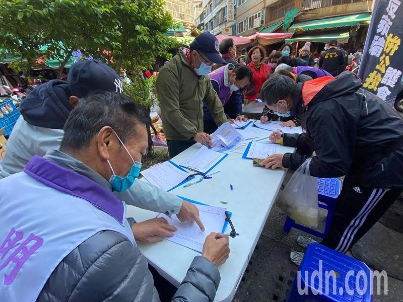 國民黨彰化縣黨部今天上午在彰化市民權市場舉辦的「還我公投」、「反萊豬公投」兩公投案第二階段連署,吸引許多民眾到場連署。記者劉明岩/攝影