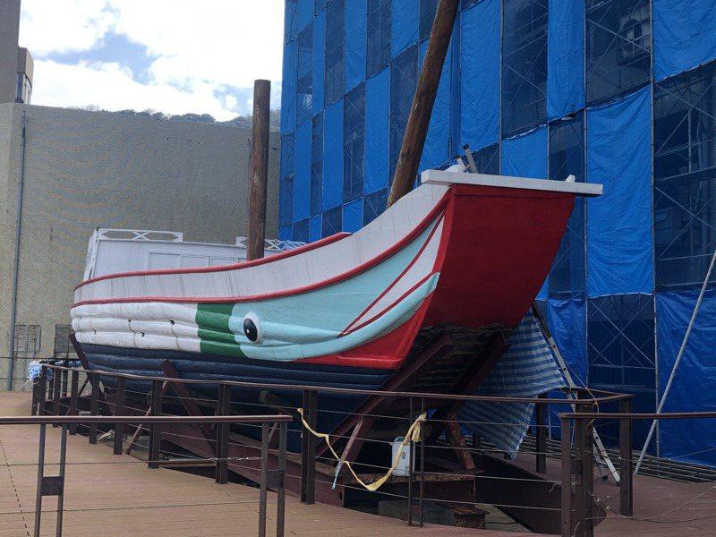 採用19世紀末中製木船的「自由中國號」,去年改由海洋大學戶外展存,海大近來重新漆上色彩,引起非議。記者何定照/攝影
