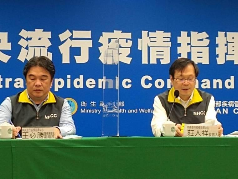 中央流行疫情指揮中心發言人莊人祥(右)說,兩名移工Ct值分別為36.4及35,都...
