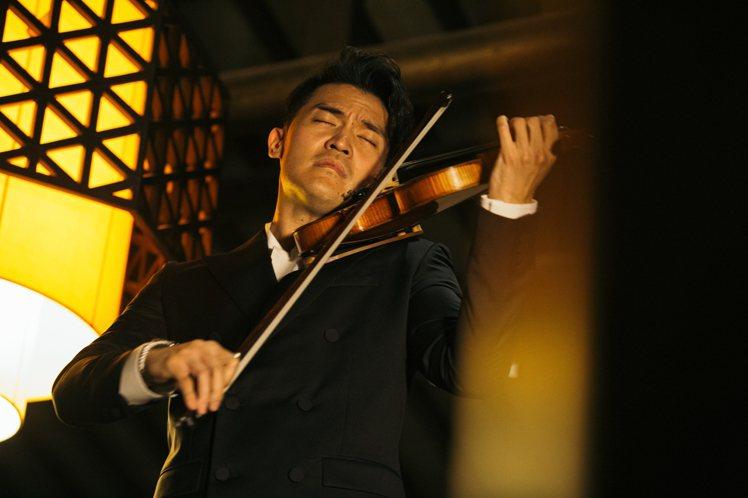 小提琴家陳銳以夏姿服裝作為表演造型。圖/夏姿提供