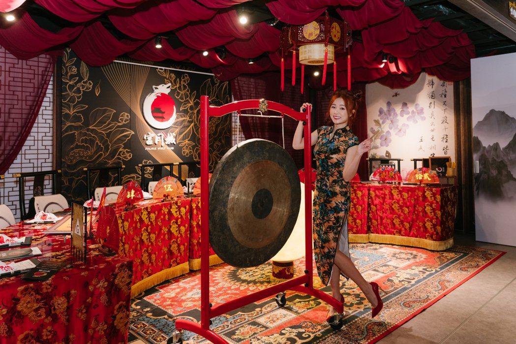 丫頭敲鑼象徵桌遊店正式開幕。圖/宮月城提供