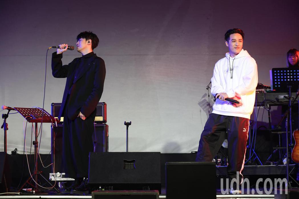 李友廷(左)今天晚間在台北舉辦「如果你也愛我就好了」演唱會,下午彩排時宣布神秘嘉...