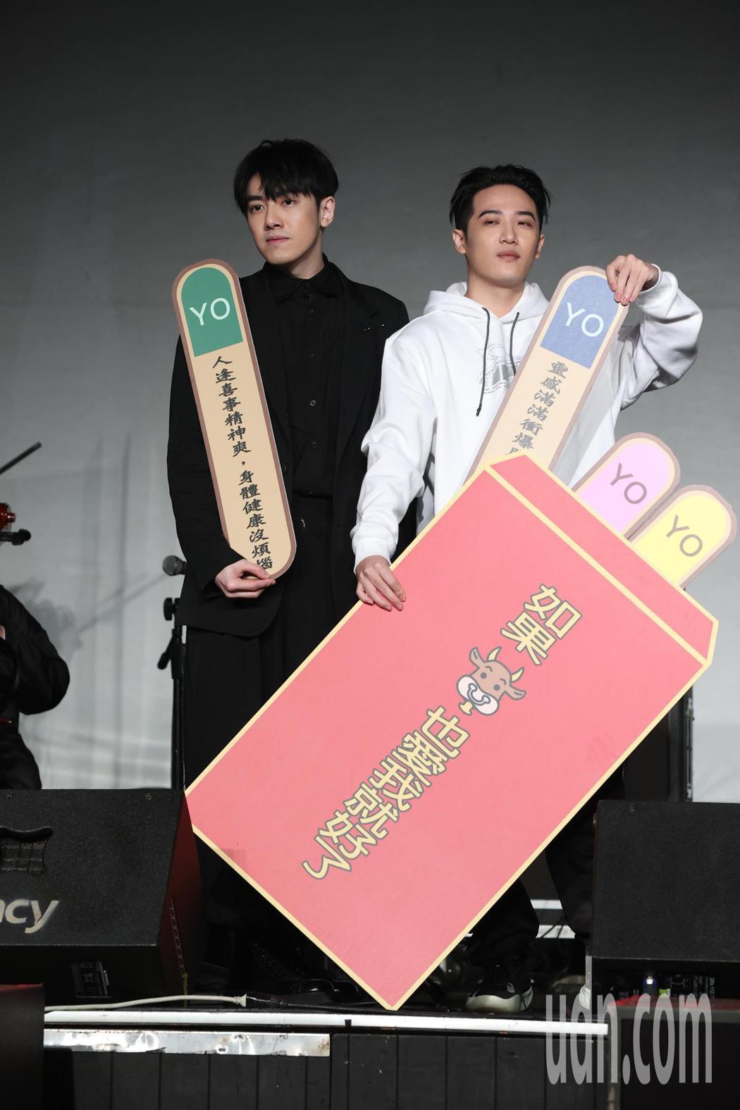 李友廷(左)今天舉辦演唱會彩排記者會,神秘嘉賓熊仔(右)送上紅包祝福。記者葉信菉...