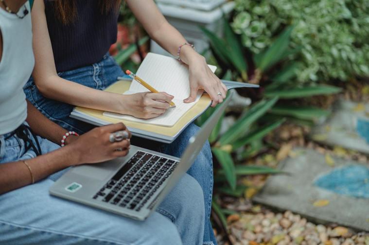 利用空閒時間處理自己的私事或另外接工作,不但影響公司的質量,也損失了公司對你的信...