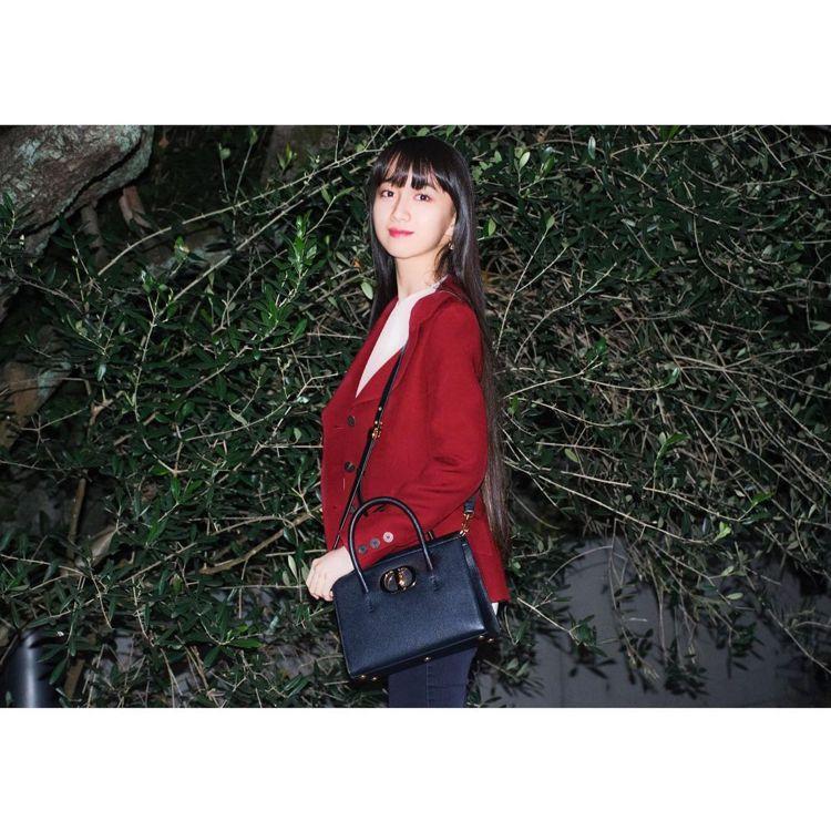 木村心美以搶眼的紅色西裝搭襯Dior St Honoré包款。圖/取自IG