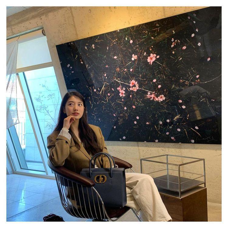 秀智運用幹練自信的大地色系西裝配襯Dior St Honoré包款。圖/取自IG