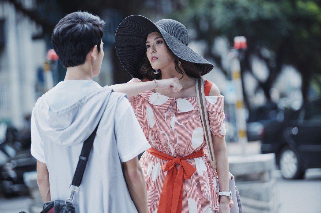 黃沐妍(右)在「戒指流浪記」中飾演夢想成為大明星的模特兒,怒斥狂粉林暉閔騷擾。圖...