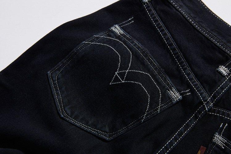 LEVI'S RED系列褲款以不挑身的寬窄、不同廓型設計,搭配不規則鷹翅弧線縫線...