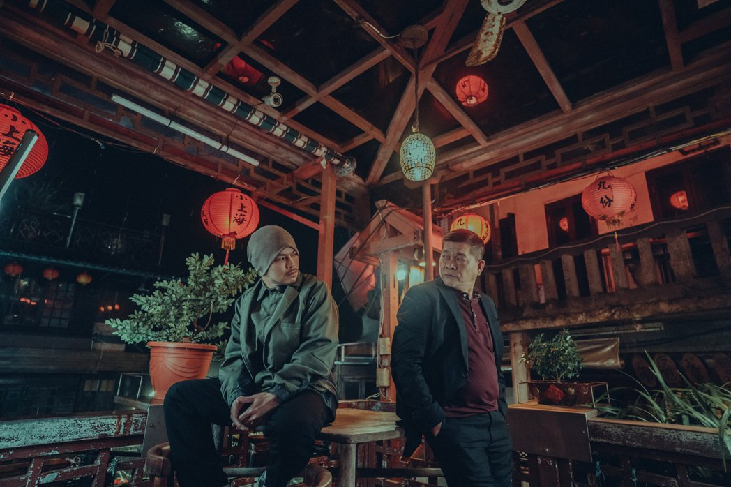 黃明志(左)邀請澎恰恰在「笑著回家」MV中飾演破產的餐廳老闆。圖/亞洲通文創提供