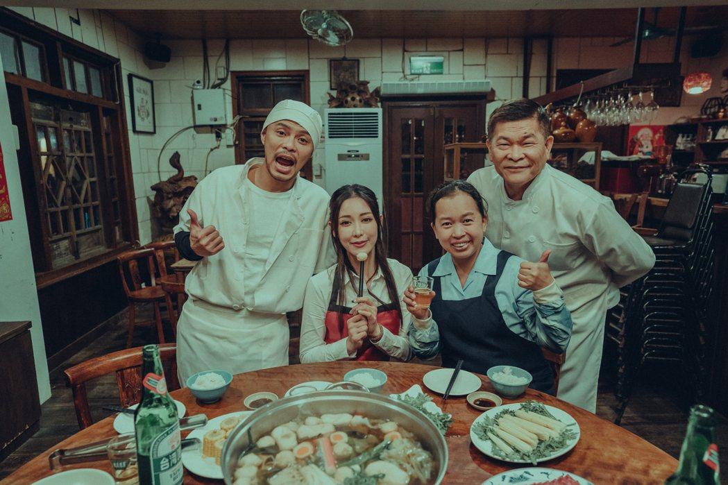 黃明志(左)邀請澎恰恰(右)合作「笑著回家」MV。圖/亞洲通文創提供
