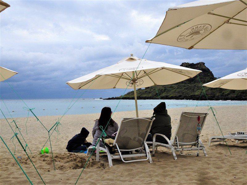 墾丁核心地區今天周六的住房率罕見不到五成,區外更跌到三成,各景點和遊憩沙灘空盪盪。記者潘欣中/攝影