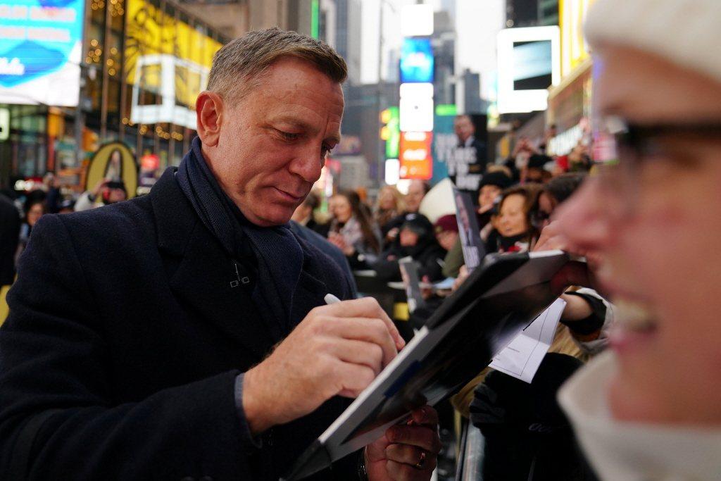 丹尼爾克雷格前年底已在紐約為「007 生死交戰」造勢,因英美疫情始終無好轉,片子