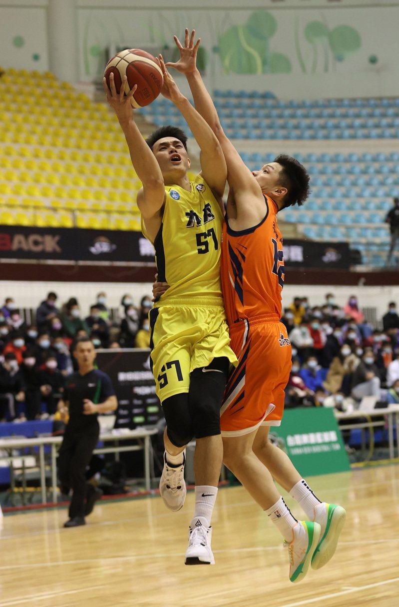 九太科技隊吳曉謹(左)拿下19分。圖/中華籃球協會提供
