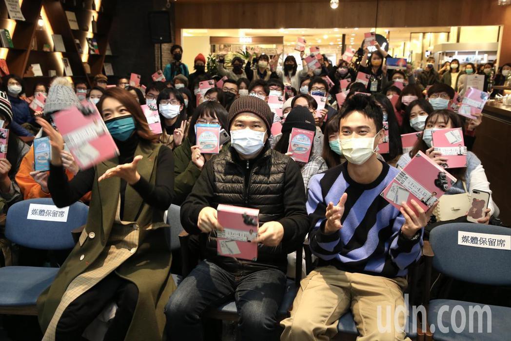 大霈(左起)、導演陳玉勳以及劉冠廷出席「消失的情人節」藍光、DVD簽名見面會。記