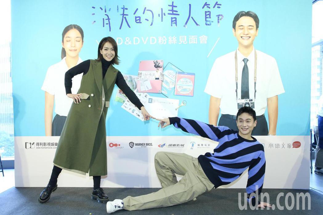 大霈(左)、劉冠廷(右)出席「消失的情人節」藍光、DVD簽名見面會。記者林俊良攝...