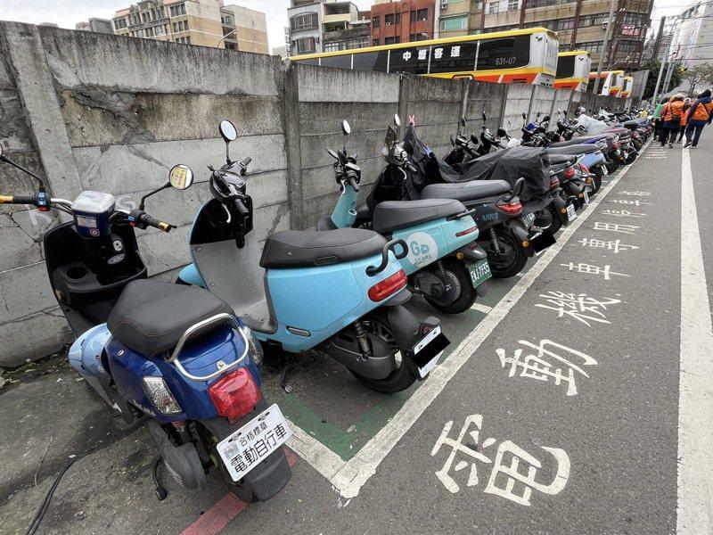 桃園火車站後站的延平路雖有電動機車專用停車格,常一位難求。記者張裕珍/攝影