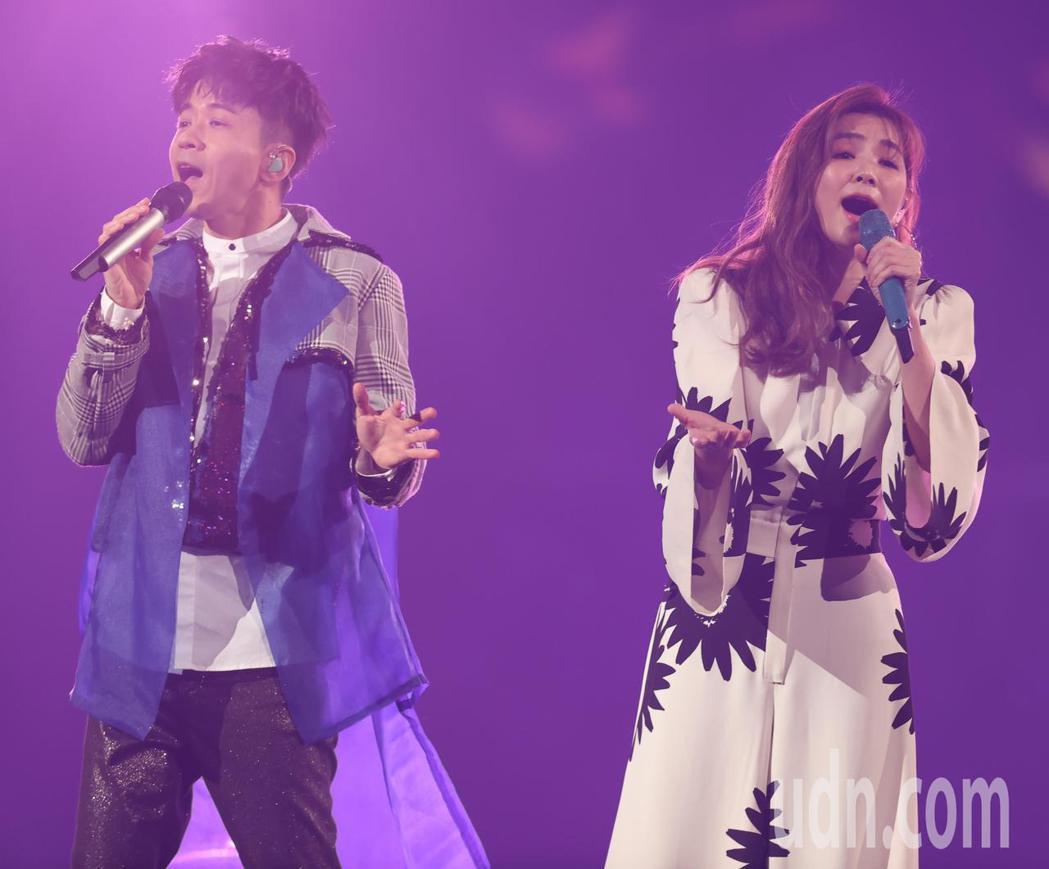 光良(左)今天在台北小巨蛋舉辦演唱會,並與特別嘉賓陳嘉樺(右)合唱。記者葉信菉/