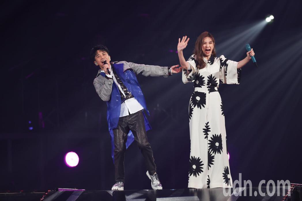 光良(左)今天在台北小巨蛋舉辦演唱會,並與特別嘉賓陳嘉樺(右)合唱。記者葉信菉/...