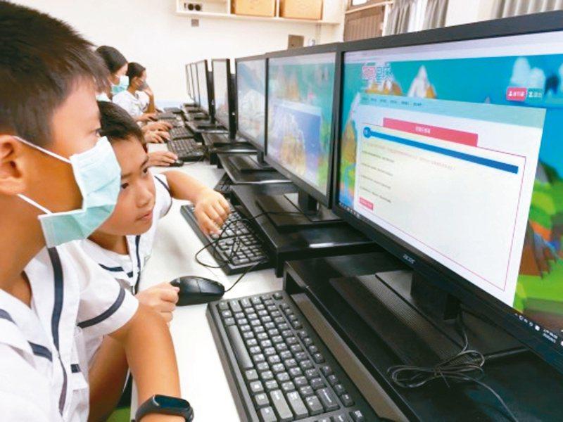 台南市府教育局將閱讀與遊戲結合,學生闖關拿點數,帶動閱讀風氣。記者鄭惠仁/攝影