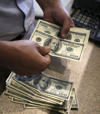 新台幣對美元頻見「27」字頭,美元利變保單再掀銷售熱潮。(本報系資料庫)