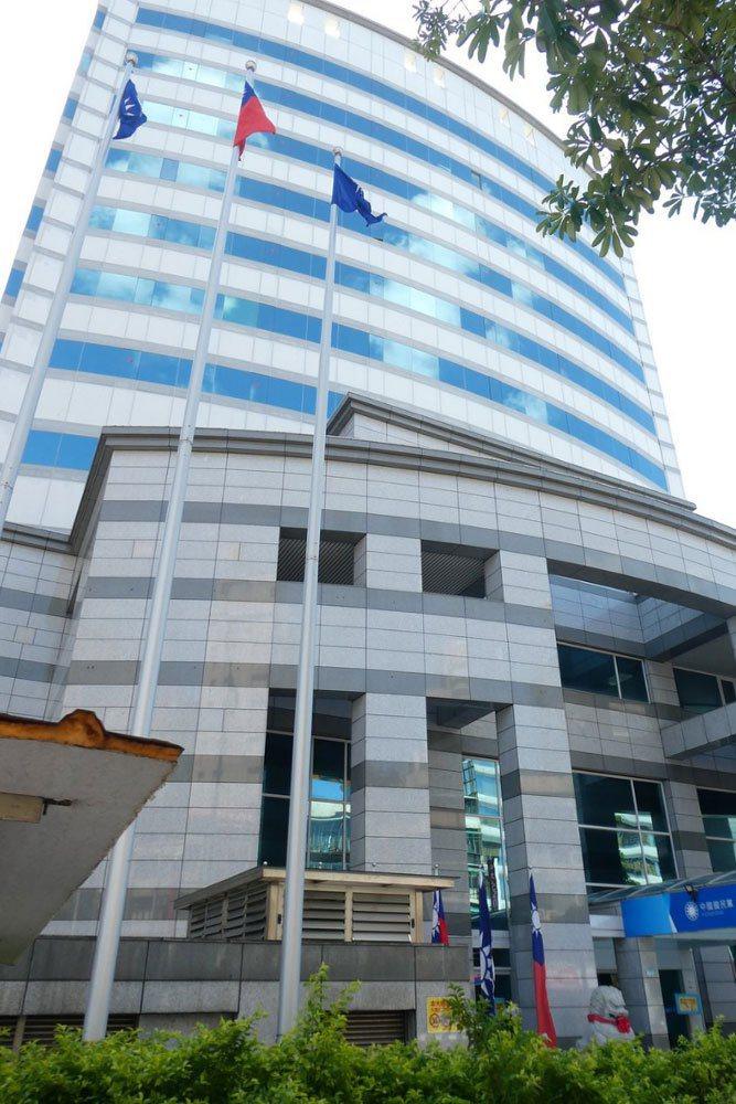 國民黨八德大樓中央黨部空間調整工程展開,周五晚間起位於4樓、未來指揮總部的黨主席與秘書長辦公室隔間工程啟動。記者周志豪/攝影