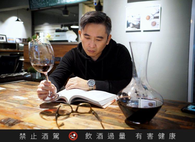 一杯紅酒、一本好書,配上馬利龍,隨性風格表露無遺。圖/李岳龍提供