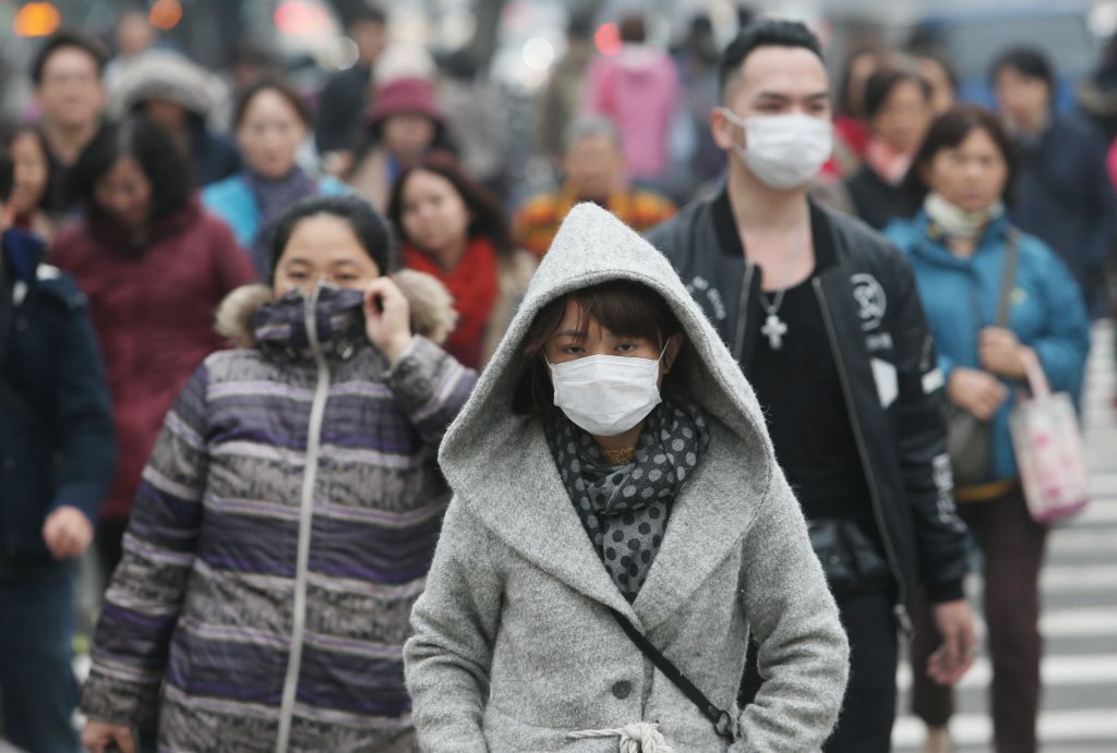 寒流一波波,冷得讓人受不了,許多人都穿起厚重衣物禦寒。 聯合報系資料照片/記者林...