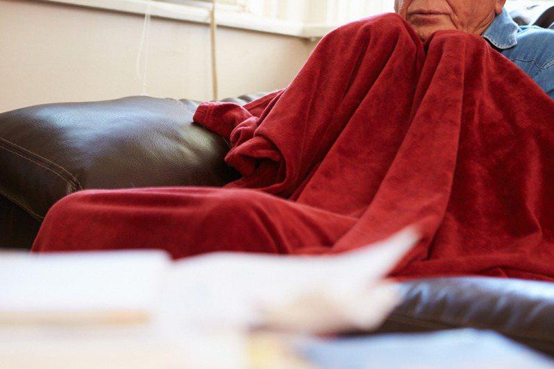 寒流發威,不少人選擇窩在家,蓋上棉被或毛毯暖身。示意圖。 圖片來源/ingimage