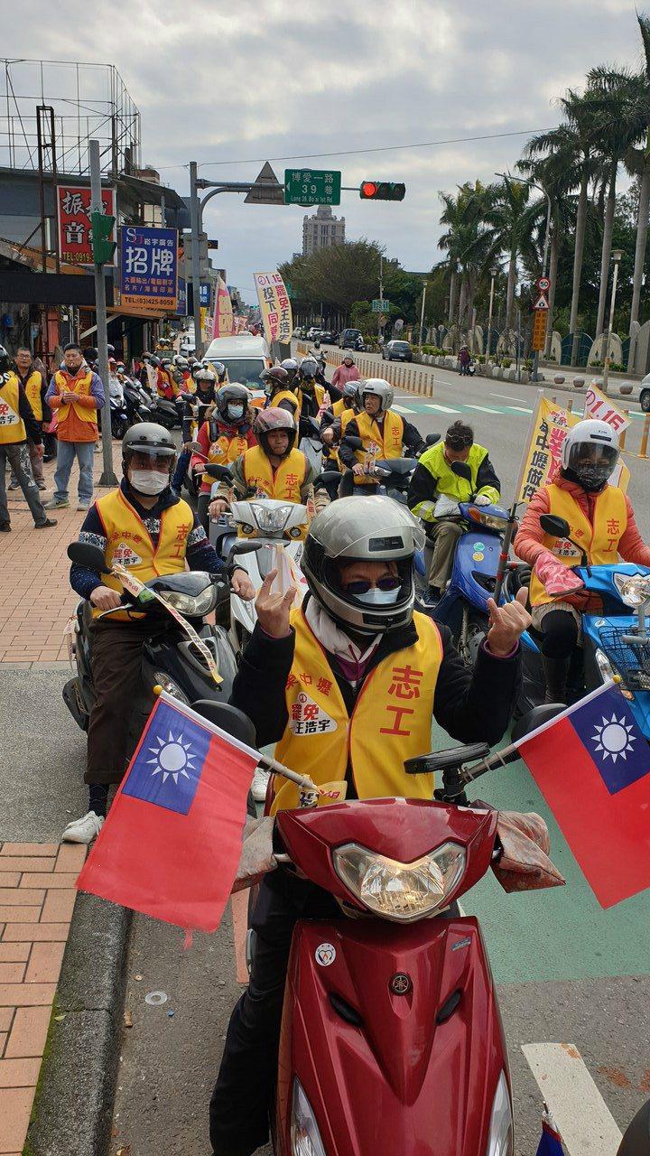 罷勉王浩宇車隊中午1點準時從總部出發。記者鄭國樑/攝影