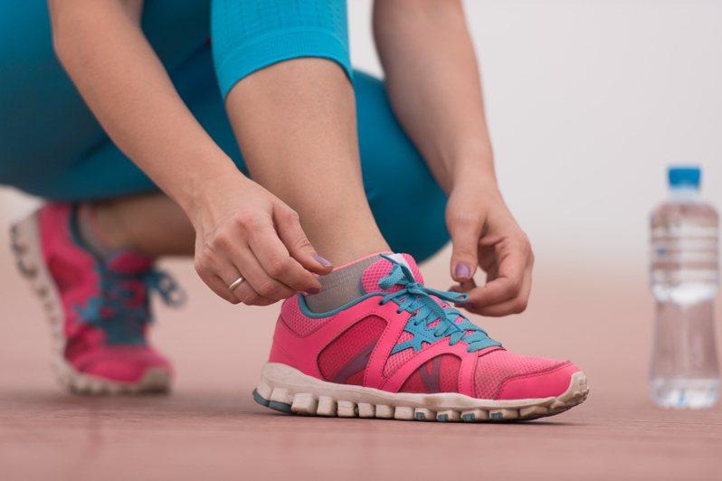一名網友好奇詢問「特賣會的運動鞋可以買嗎?」引發熱烈討論。示意圖/ingimage