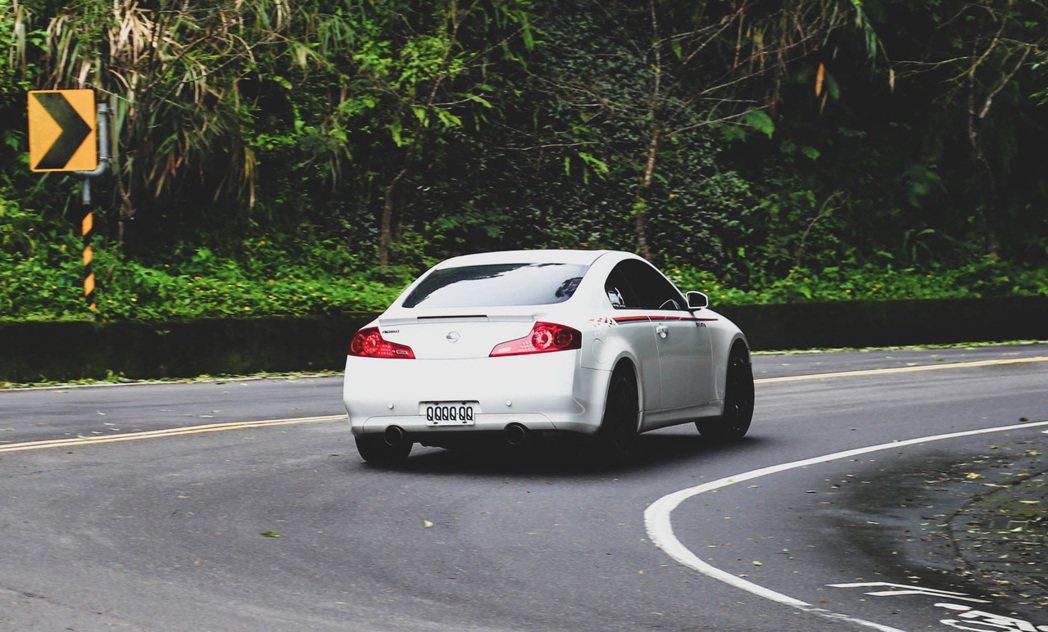在過彎的G力與車重的壓力下,RE004仍保有優異的支撐性。 記者張振群/攝影