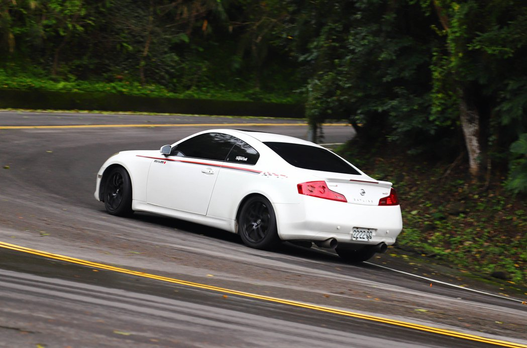 RE004進彎前能夠讓駕駛明確的掌握入彎的指向性。 記者張振群/攝影