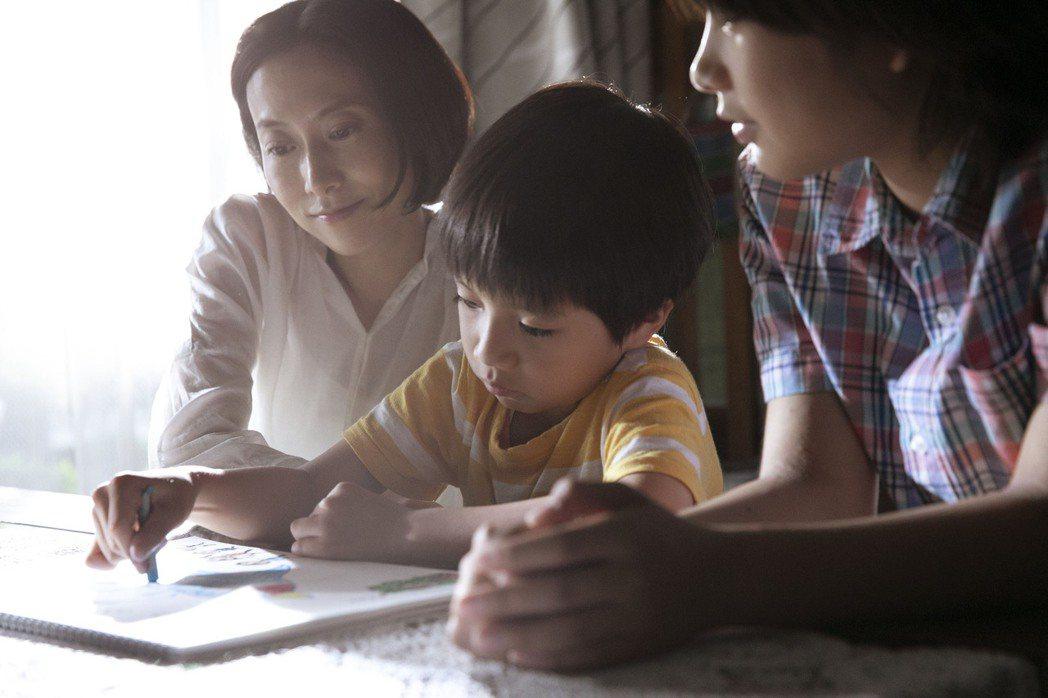 日本歌手一青窈(左)在電影「燕」中,扮演台日混血男主角的媽媽。 圖/希望行銷提供