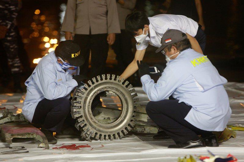 印尼一架班機9日疑似失事墜海,造成數十個家庭破碎。 歐新社