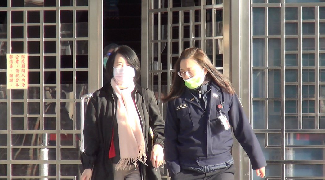 博達案前董座葉素菲今天上午8時許離開台中女子監獄,過程不發一語,搭計程車快閃。記...