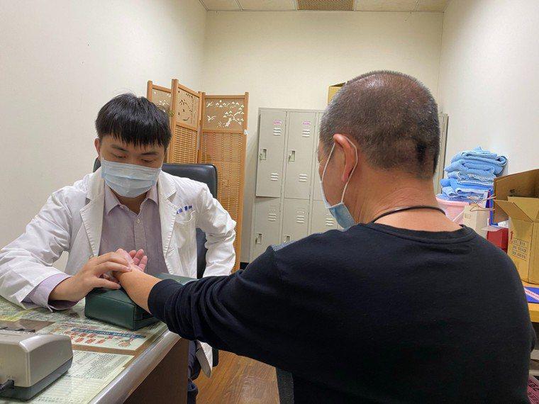長輩常冬季癢凍難耐,衛福部新營醫院中醫師郭俊佑(左)提醒,留意罹患乾性濕疹。圖/...