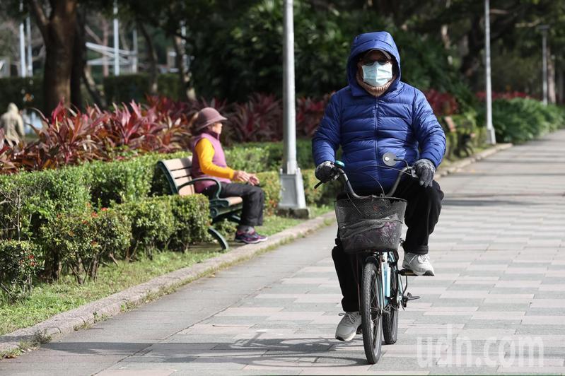 今天寒流減弱氣溫稍微回升,台北天空也露出溫暖陽光,民眾也出門享受陽光。記者季相儒/攝影